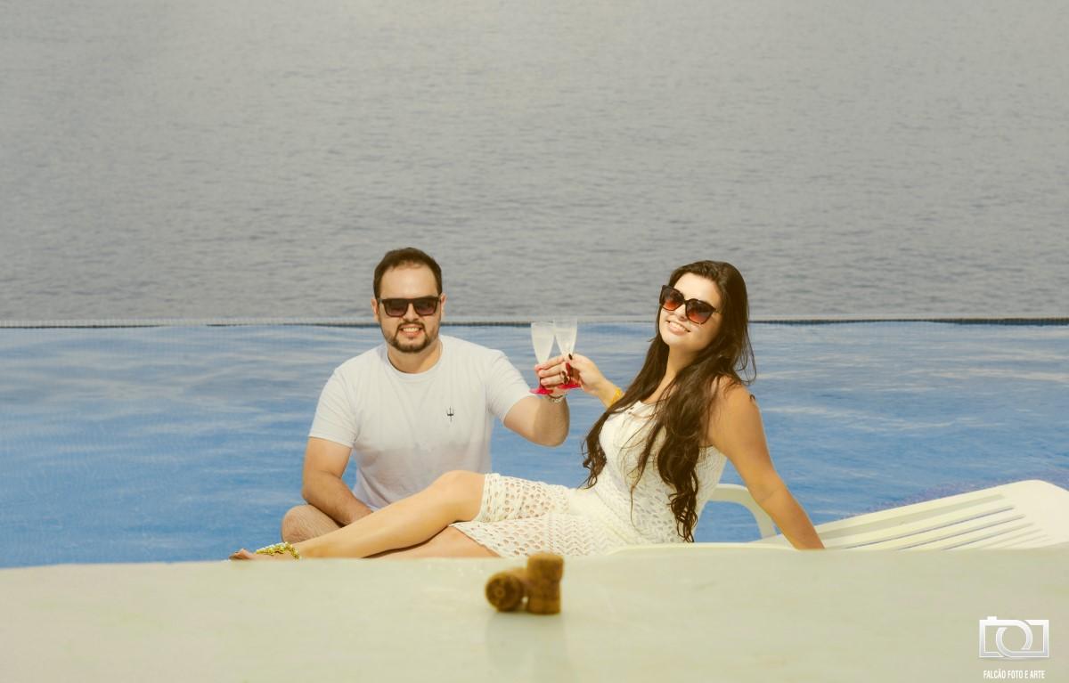 Foto de um casal brindando