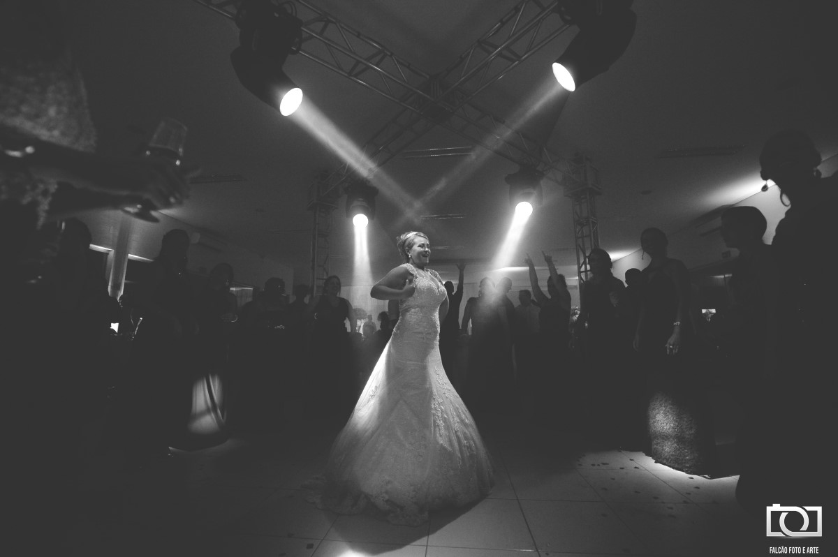 Foto em preto e branco de um noivo e uma noiva dançando em sua festa de casamento