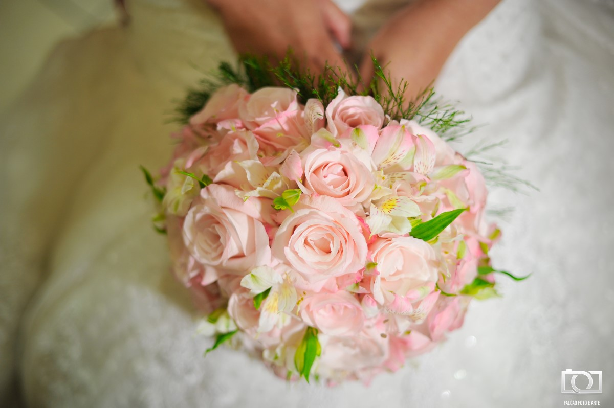 Foto de um buquê de casamento de flores rosas