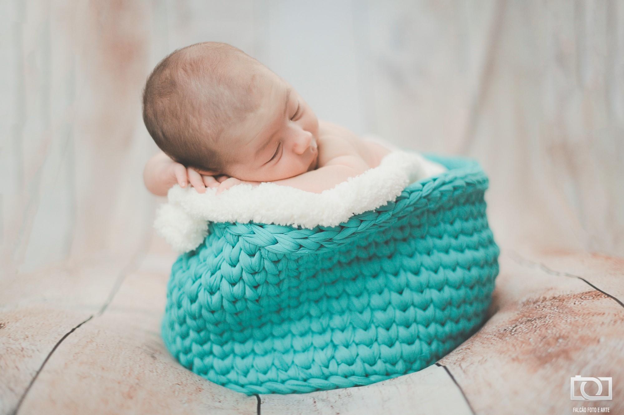 Foto de bebe deitado sobre uma toca azul claro