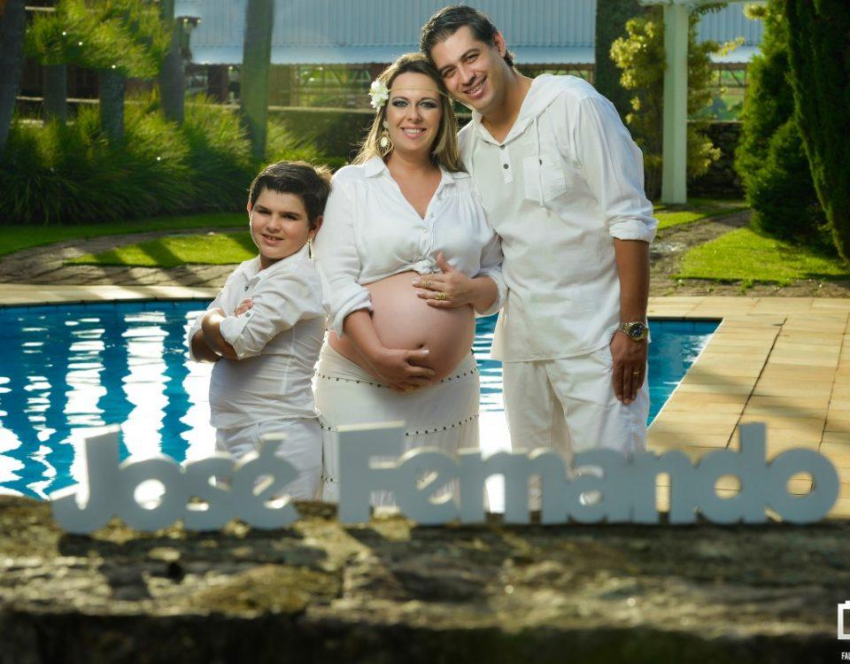 Foto da gestante com sua família e o nome do bebê a frente.
