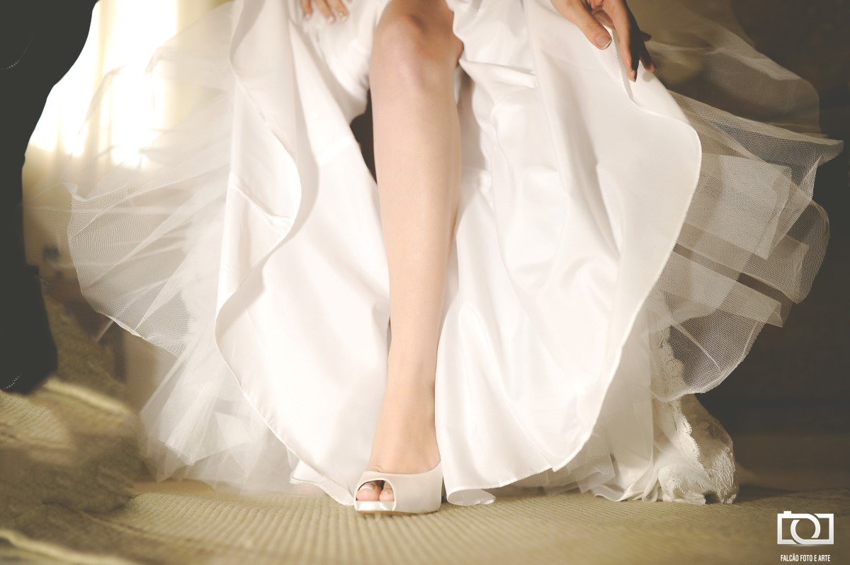 Foto da perna de uma noiva.