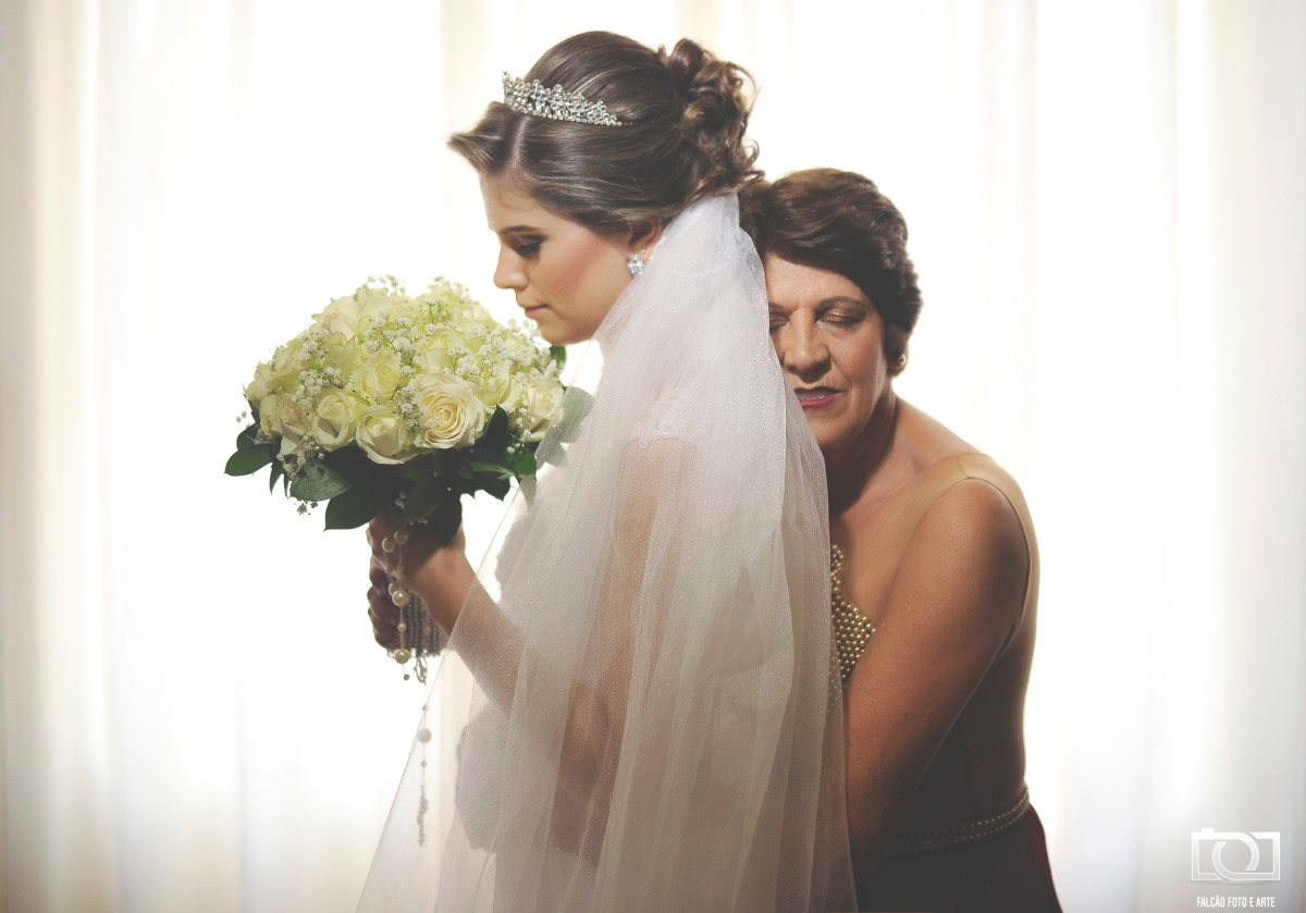A noiva e sua mãe abraçadas.