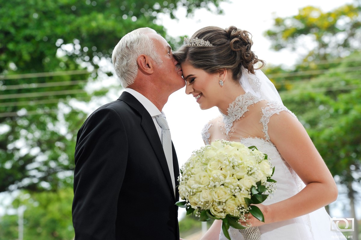 Foto de um pai beijando sua filha noiva.