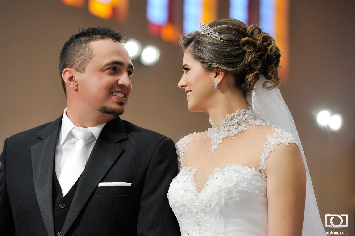 Foto de um casal de noivos se olhando.