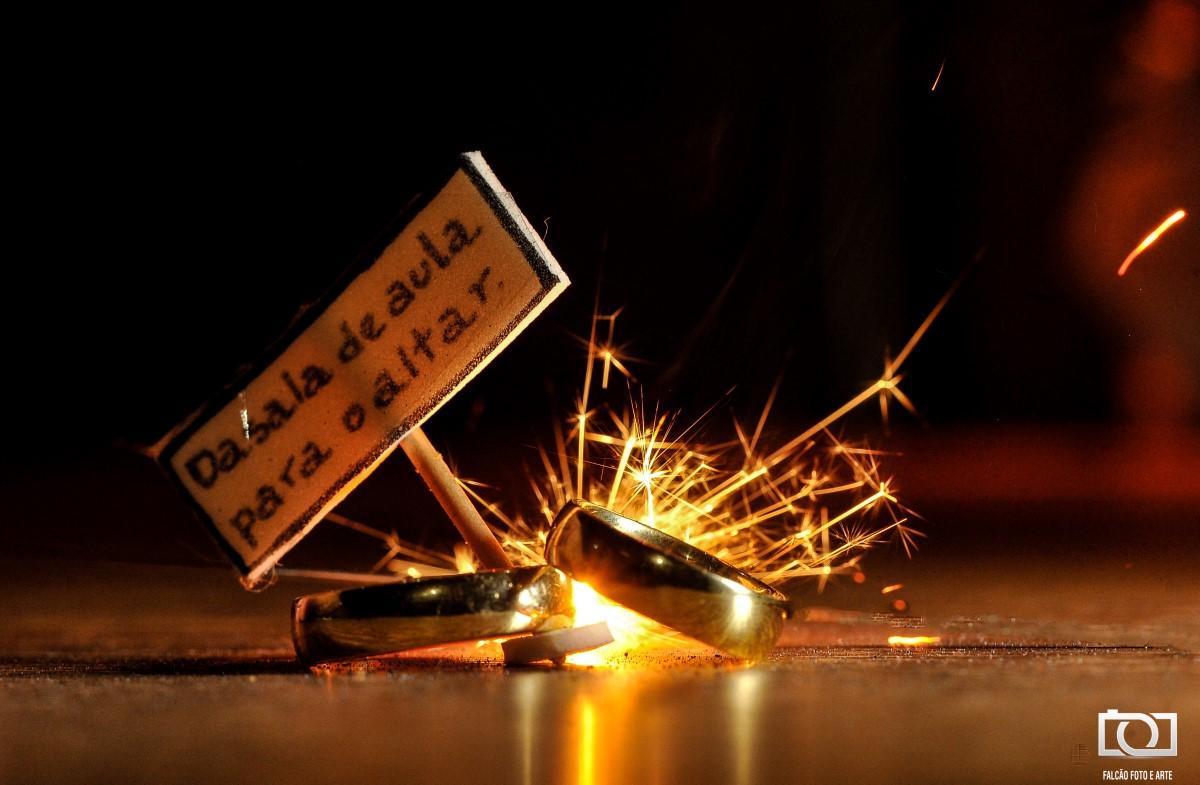 Foto das alianças e uma placa escrita uma mensagem.