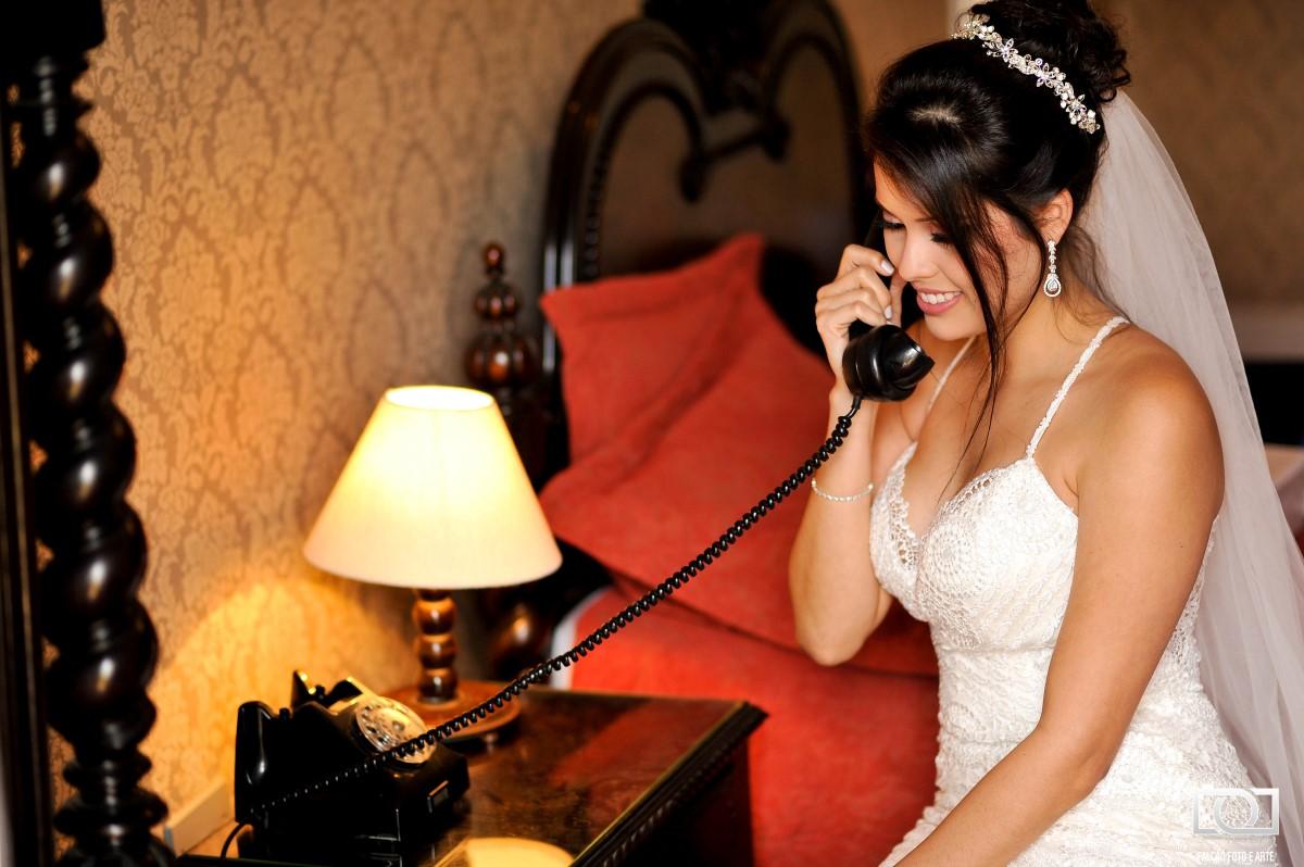Foto de uma noiva ao telefone.
