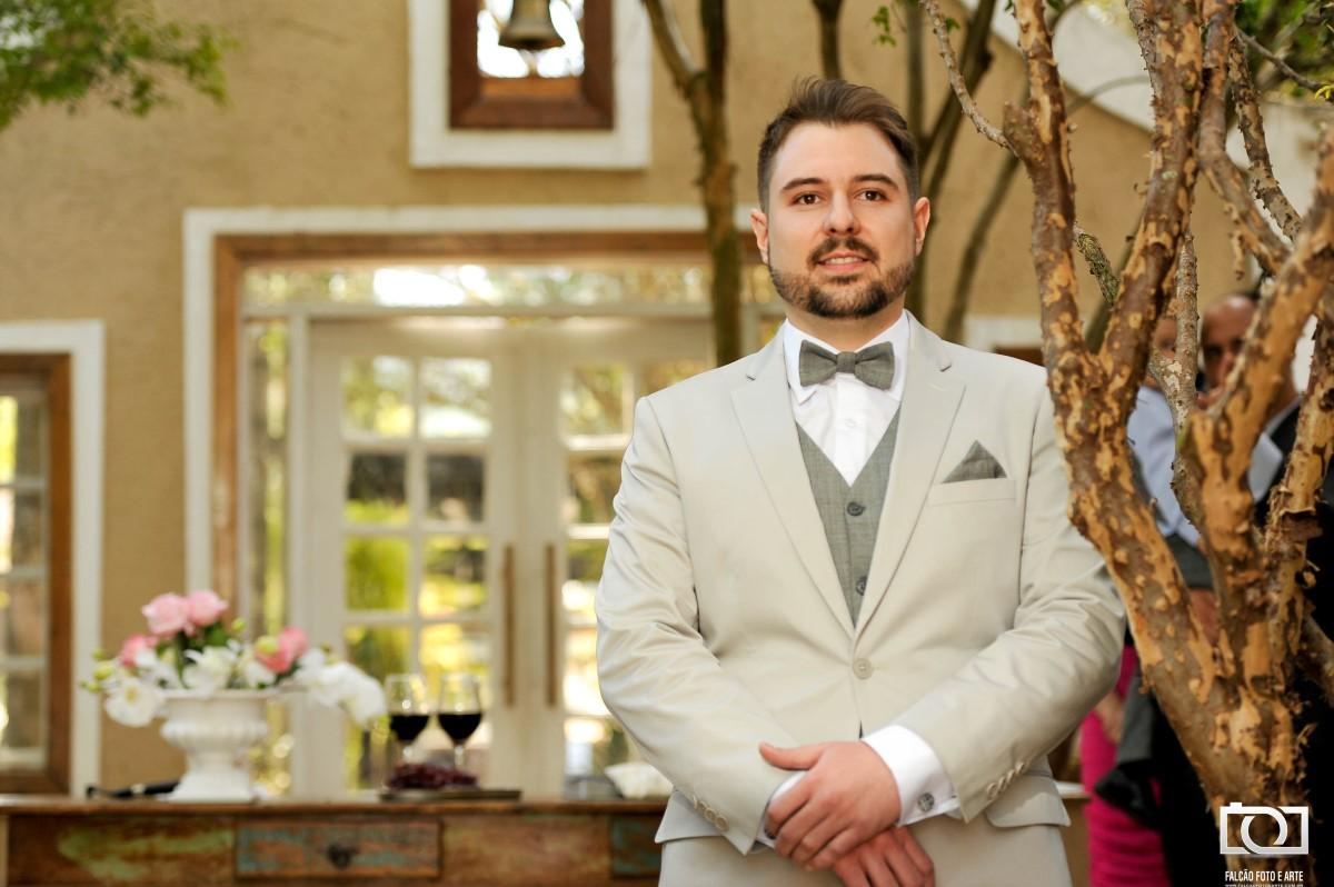 Foto de um noivo no altar esperando a noiva.