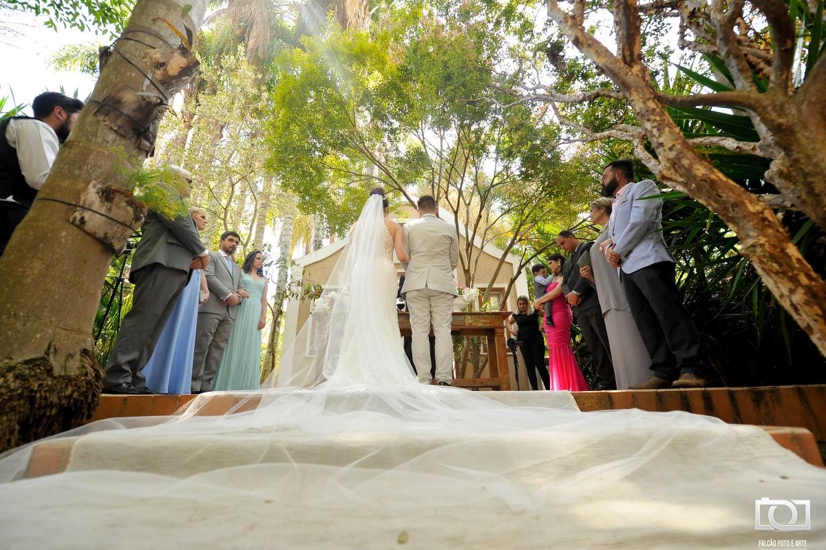 Foto dos noivos no altar.