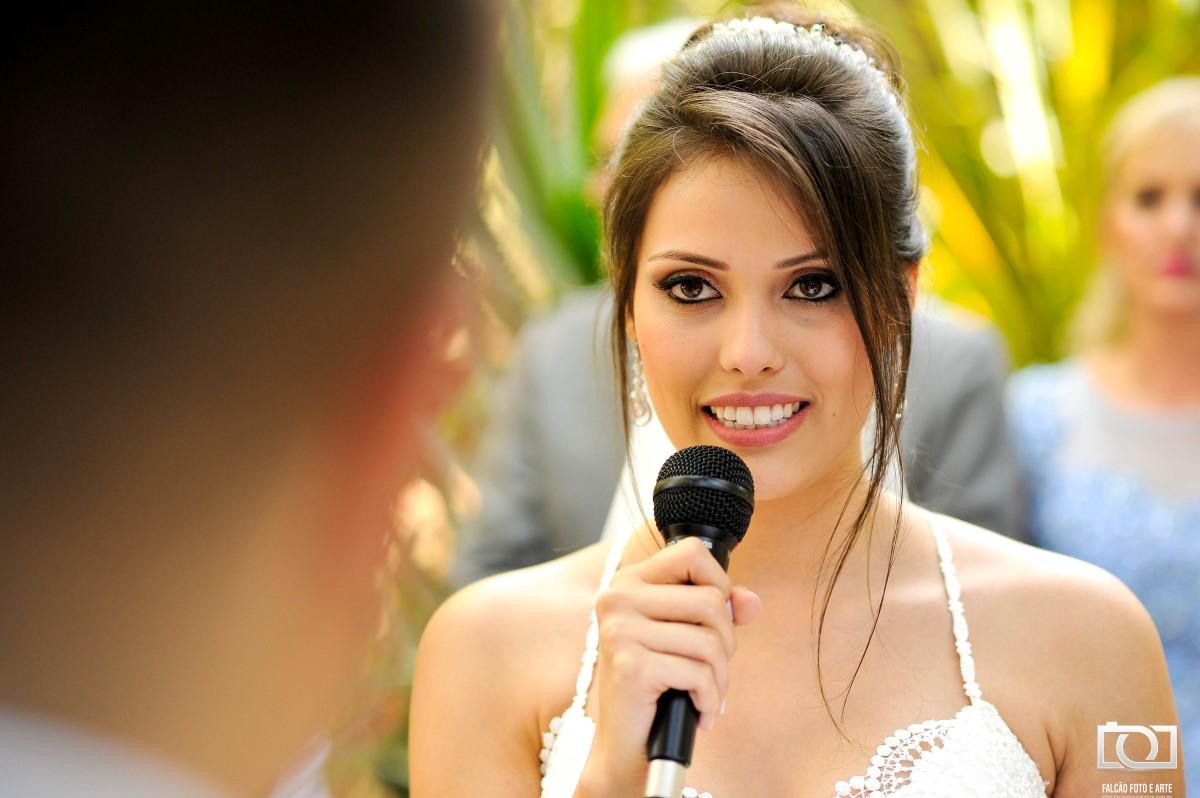 Foto de uma noiva fazendo os votos ao noivo.