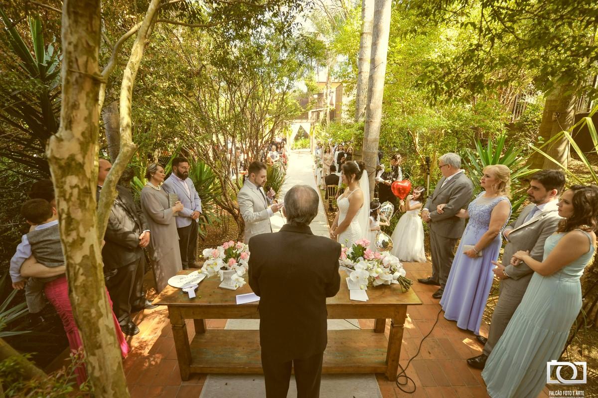 Foto dos noivos fazendo o voto.
