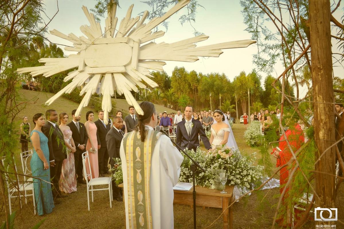 Foto de uma cerimônia de casamento sendo realizada.