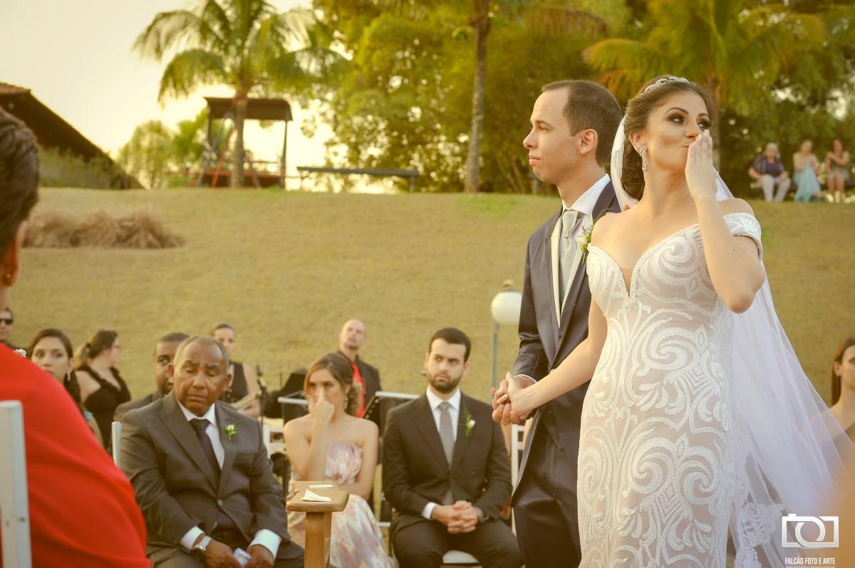 Foto de um casal durante a cerimônia de casamento.