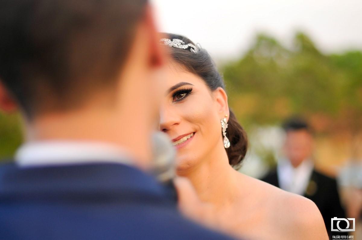 Foto de uma noiva citando seus votos de casamento.