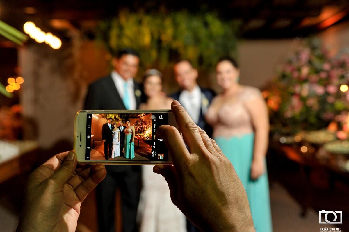 Foto de uma foto sendo tirada pelo celular.