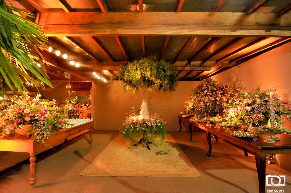 Foto de um bolo e mesas de doces de um casamento.