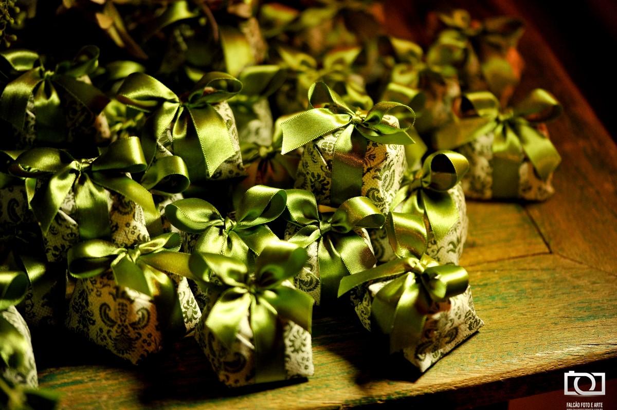Foto de doces de casamento com laços verdes.