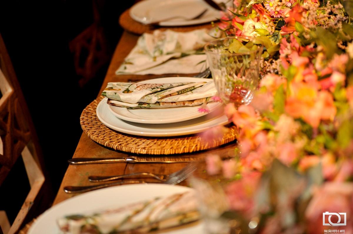 Foto da mesa de jantar de um casamento.