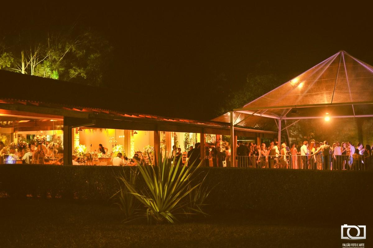 Foto de uma festa de casamento sendo realizada.