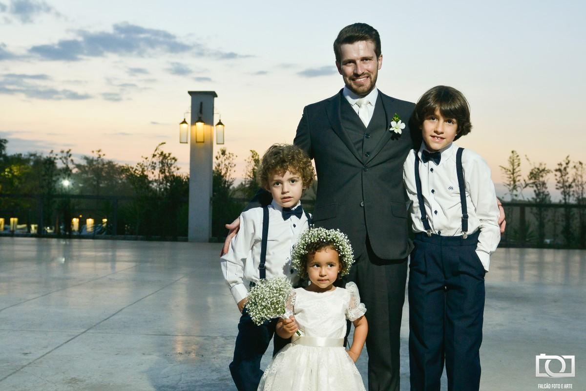 Foto de um noivo com com crianças.