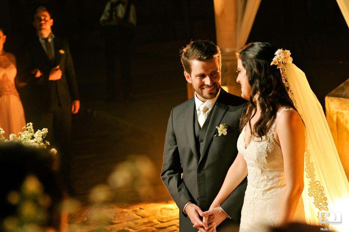 Foto de um casal de noivos durante seu casamento.