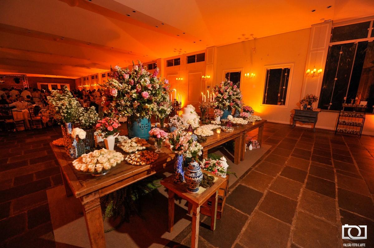 Foto de uma mesa de doces de um casamento.