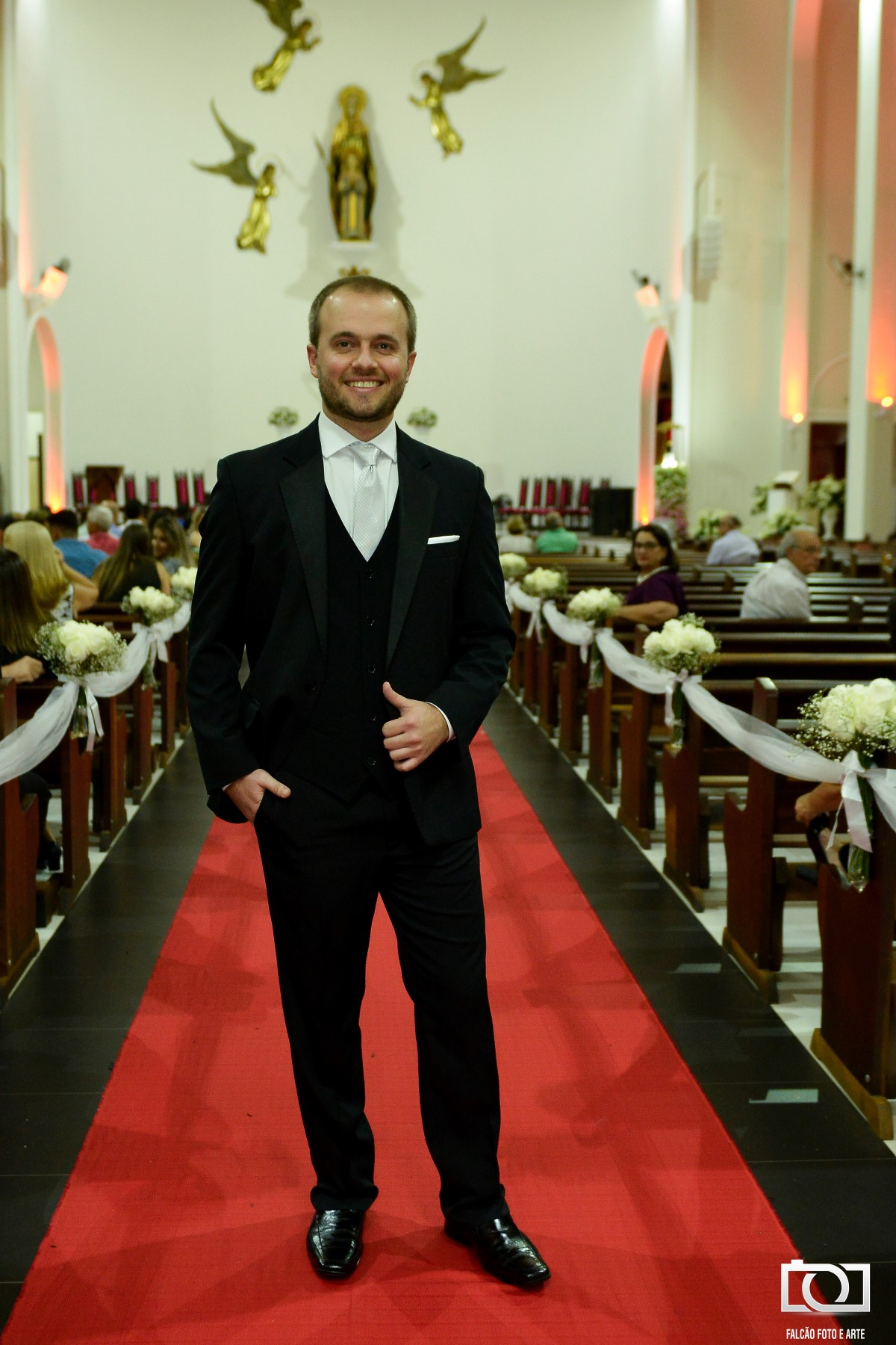 Foto de um noivo dentro da igreja