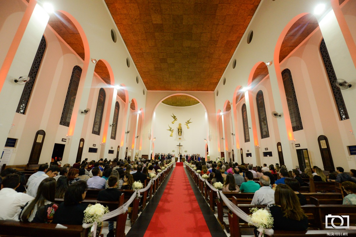 Foto do interior de uma igreja durante um casamento